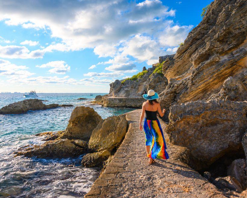 Mujer caminando al lado del mar